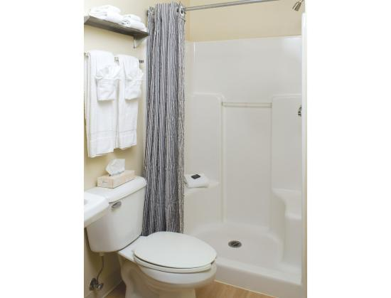 Crossland Economy Studios - Fresno - West : Bathroom