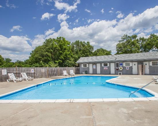 Econo Lodge Inn & Suites Airport: CTPool