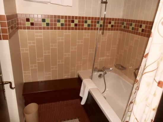 Salle de bain avec WC cacher derrière la porte - Picture of Disney\'s ...