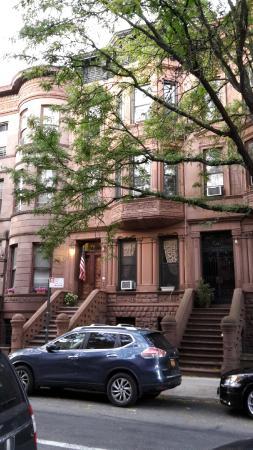 Der Eingang vom Heart of Harlem B&B mit Flagge