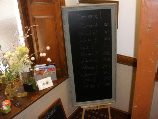 Auberge de la Place Royale: Chalk board with guest names & room numbers