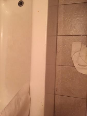Thunderbird Inn: stains on tub