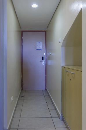 E M City Hotel: Ingang kamer(tje)