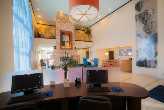 Holiday Inn Express - Balloon Fiesta Park: Stay connected to the world in our business center