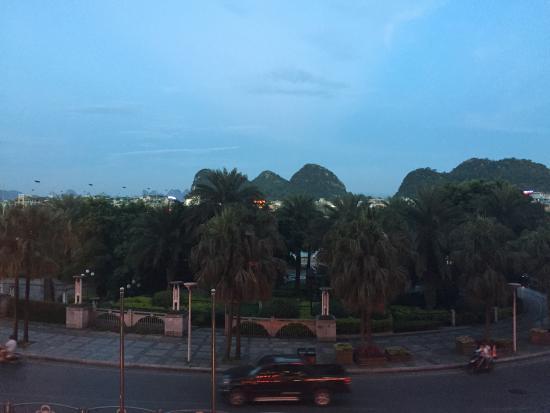 Universal Guilin Hotel: Uitzicht vanaf restaurant/ontbijtzaal, Li-rivier met daarachter karstgebergte