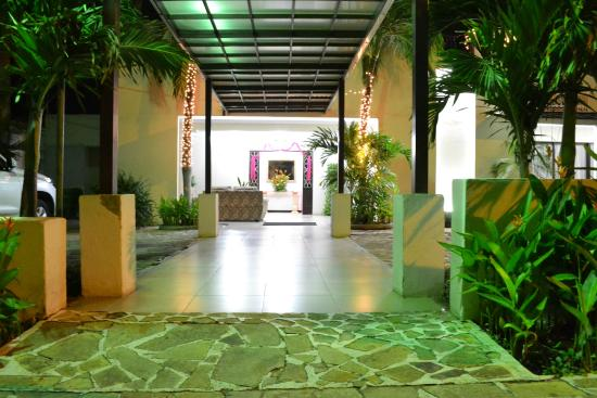 Hotel Maracas Inn