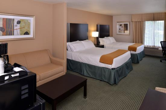Holiday Inn Express Hotel & Suites Milwaukee-New Berlin: Accessible Two Queen Bed Suite