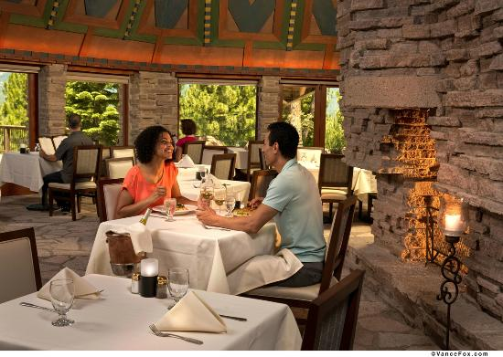 Clio, แคลิฟอร์เนีย: Guests enjoying early dinner near the fire place in the Wigwam Room