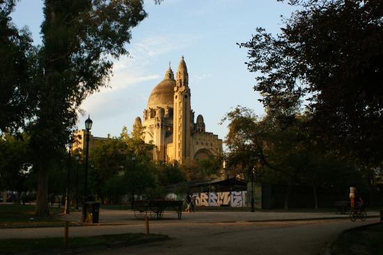 Parque Quinta Normal: Vista de una iglesia desde adentro del parque
