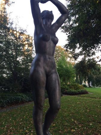 Skulptur: Pigen af 1940
