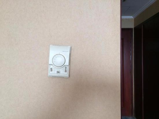 The Bund Riverside Hotel: Schiefe Installationen überall