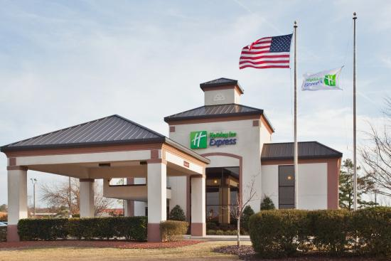 Holiday Inn Express New Bern: Exterior View of the Hotel
