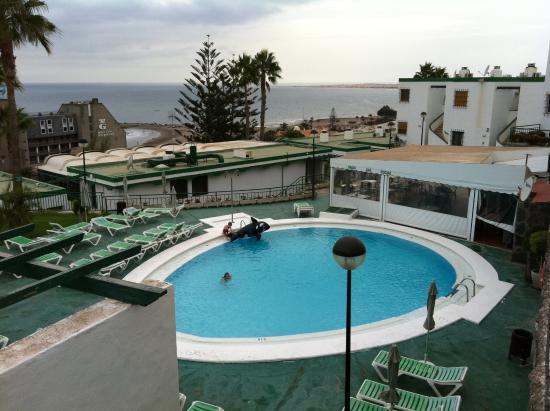 Apartamentos Flamboyan: Swimmingpool and view