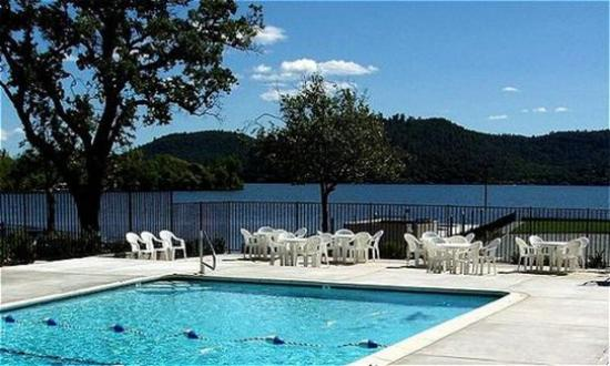 Clear Lake Cottages & Marina: Lake Escape Resort