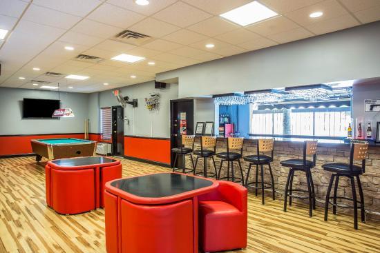 Quality Inn & Suites: Bar