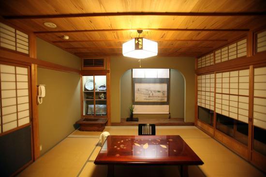 Amegen: 案内されたお部屋。飾り棚の唐津焼も見事でした。