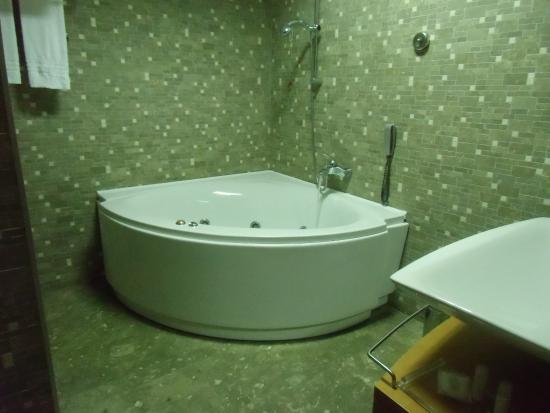 La vasca idromassaggio della camera picture of parc - Vasca in camera ...