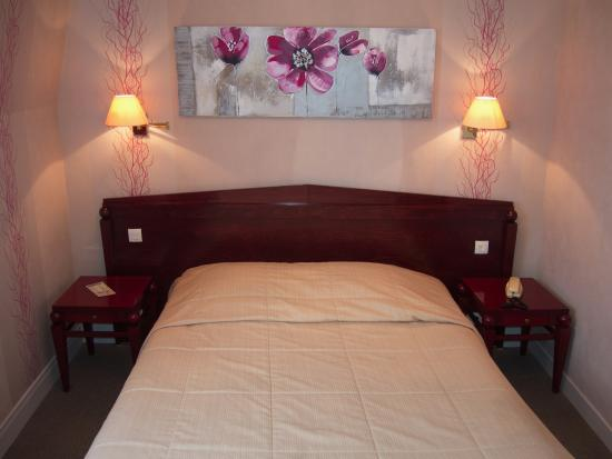 Hotel Normandie Auxerre: Hotel Normandie, Auxerre: room with bed