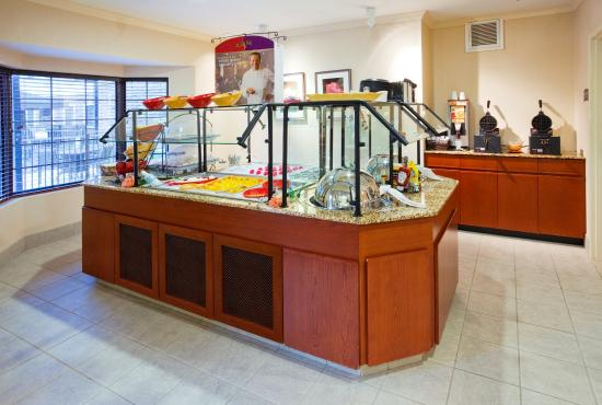 Staybridge Suites Durham-Chapel Hill-RTP : Breakfast Buffet and Evening Reception Area