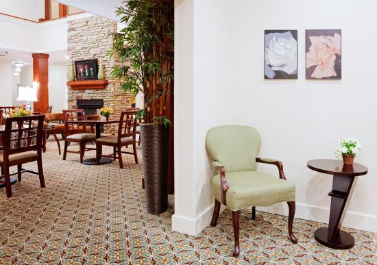 Staybridge Suites Durham-Chapel Hill-RTP : Guest Dining Lounge / Sitting Area