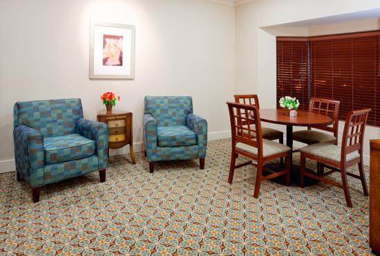 Staybridge Suites Durham-Chapel Hill-RTP : Guest dining and sitting area