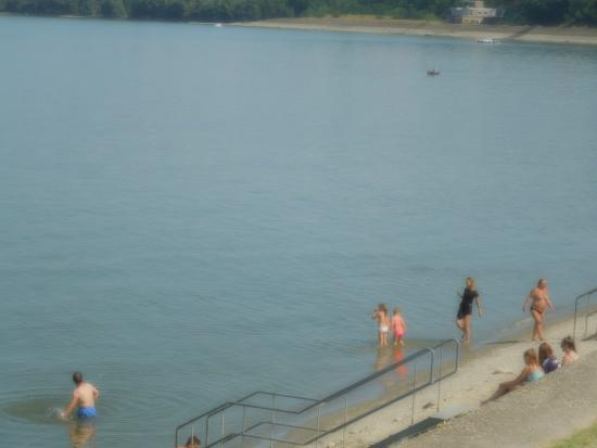 Vukovar, Croacia: Bathers at this popular swimming spot