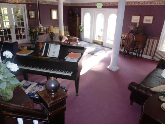 Riverside Inn Bed and Breakfast: Cozy living room - piano for anyone to play - fireplace