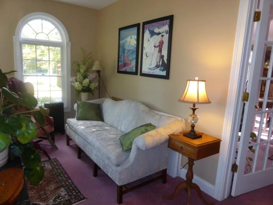 Riverside Inn Bed and Breakfast: Intimate sitting areas throughout