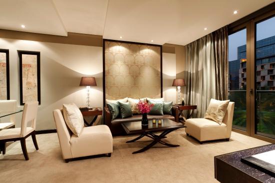 Al Faisaliah Hotel: Deluxe Suite Living Room