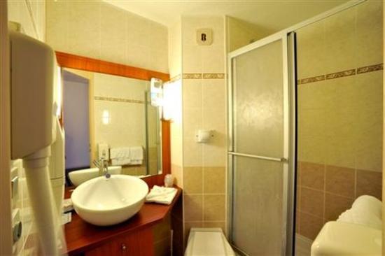 Kyriad Chateauroux: Bathroom