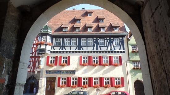 Hotel & Restaurant Sonne: Caminar la ciudad es lo mejor y este es saliendo de un pequeño túnel