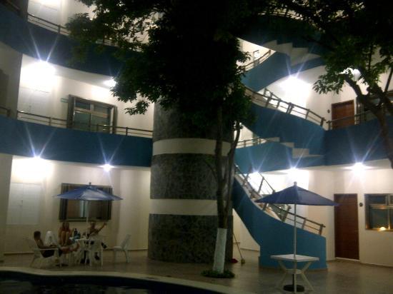 Hotel San Miguel: Área de piscina del hotel vista de noche.
