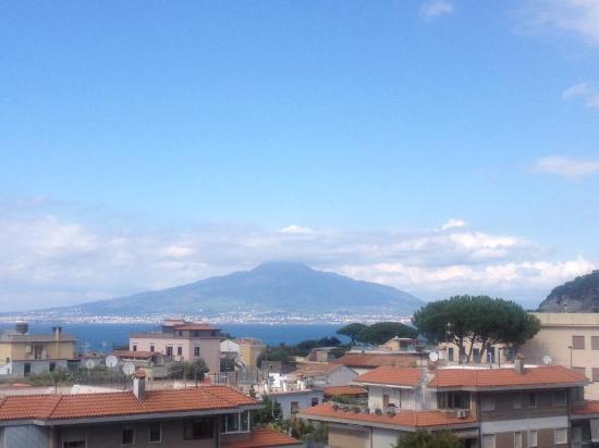 Hotel Caravel Sorrento: Da sacada do quarto, uma linda vista para o Vesúvio .