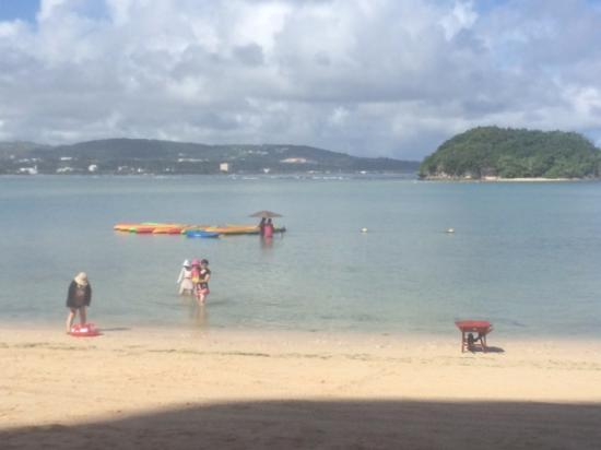 Onward Beach Resort: ホテル前のビーチ