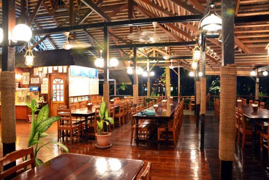 Smart Divers Resort: Restaurant at land bungalows side