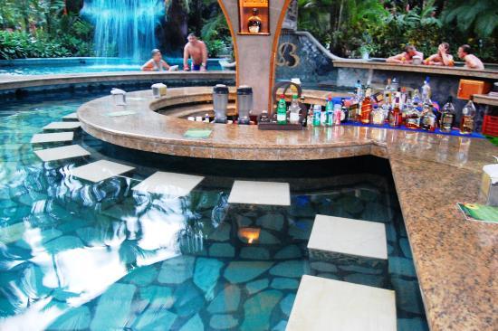 Piscina termal y hermosa y tibia cascada picture of for Piscinas dentro de casa
