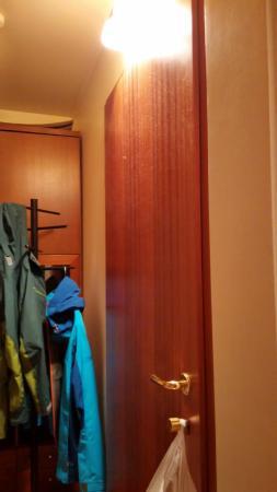 Alba Guesthouse: dust on the door