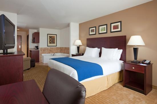 Holiday Inn Express & Suites Antigo Jacuzzi Suite