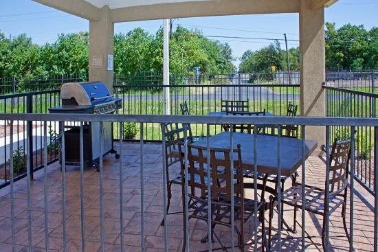 Candlewood Suites Texas City: Barbecue with friends at our outdoor Gazebo Grill