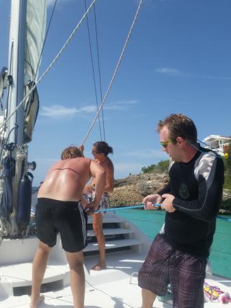 Simpson Bay, St-Martin/St Maarten: Helping hoist the main sail