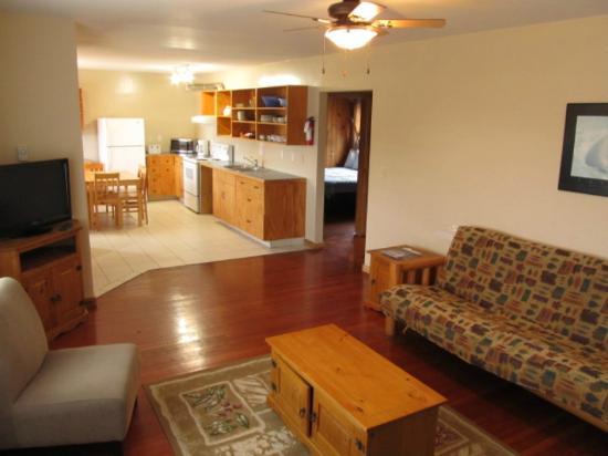 Little Beach Resort: Little Beach House living dinning room