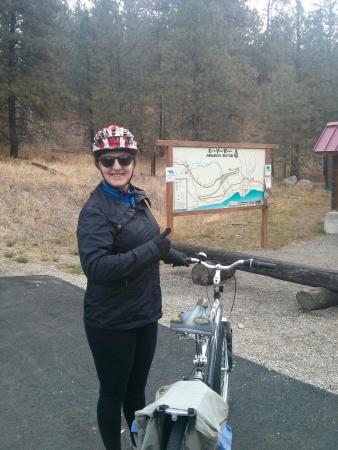 Y Knot Naramata B & B: At the Kettle Valley Railway bike path above Naramata with my bike borrowed from Y Knot B&B.