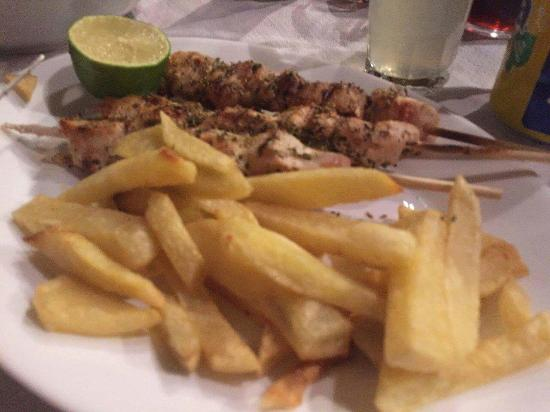 Chorafakia, Grecia: The chiken kebab. The chipperones and a green salad.