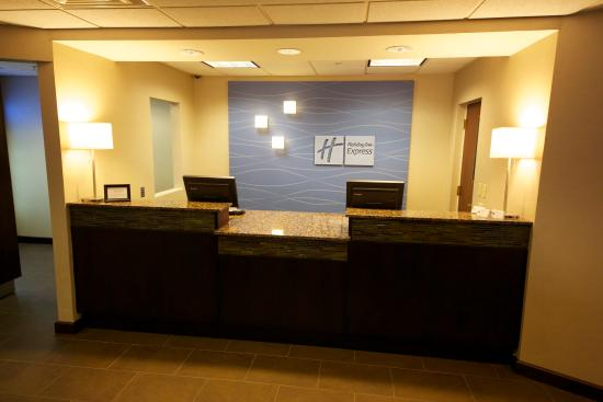 Holiday Inn Express & Suites: Front Desk