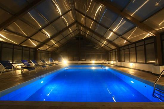 Piscina termica coberta foto de marlin hotel bombinhas for Piscina coberta ontinyent