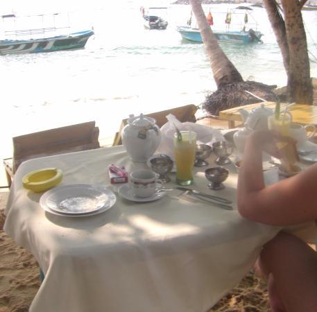 Seaview Deepal Villa: Breakfast on the beach .. This is the heaven