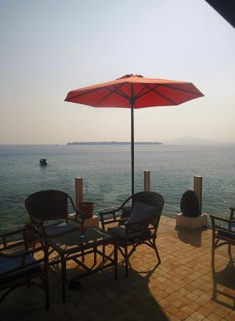 Bunaken Cha Cha Nature Resort: 海風が気持ちいいテラス