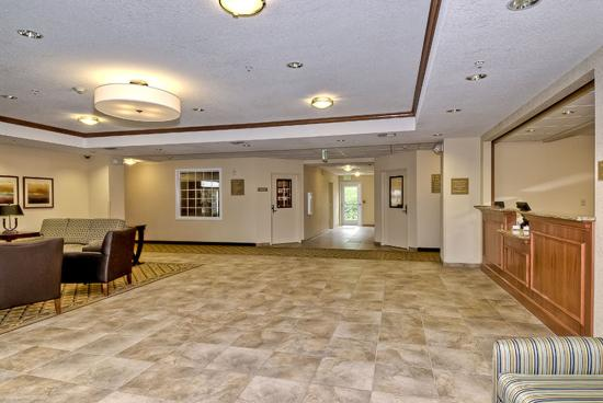 Candlewood Suites Burlington: Welcome to our large lobby reception area!