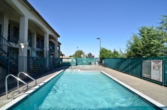 Americas Best Value Inn Hesperia: Pool And Jacuzzi