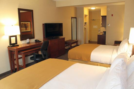 """Holiday Inn Express Hotel & Suites Paducah West: Two Queen Suite Desk & 47"""" TV, Two-level Desk, Refrigerator & Mic"""
